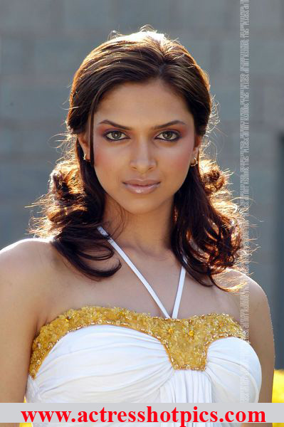 Deepika Padukone hot stills on